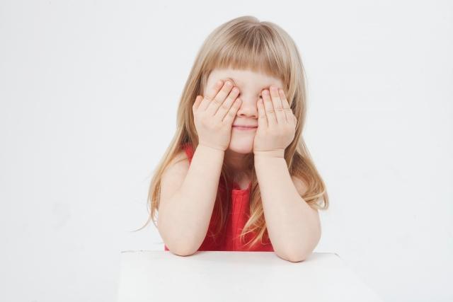 顔を隠す子ども