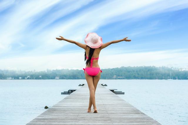 桟橋で手を広げる女性
