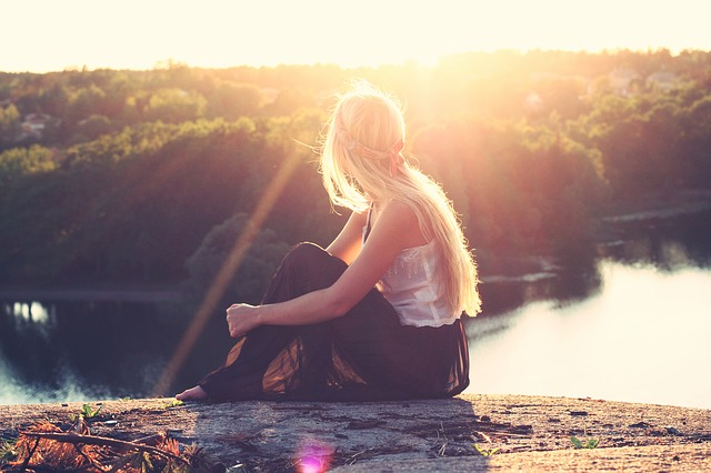 水辺に座っている女性