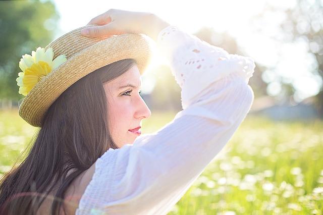 帽子を抑える女性