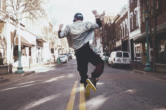 飛び上がる男性