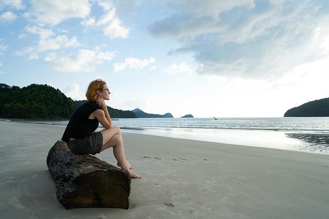 浜辺に座る女性
