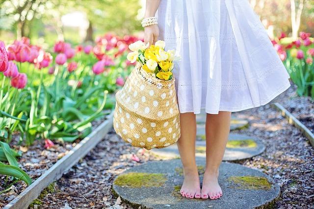 花ろ持つ女性の足元