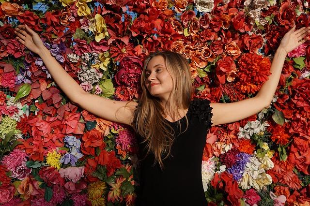 花の上に転ぶ女性